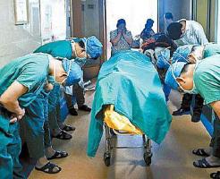 臓器提供した少年に敬意を表す医師達