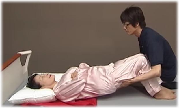 力のない女性でもできるベッド上での移動|プロの介護テクニックを学ぼう