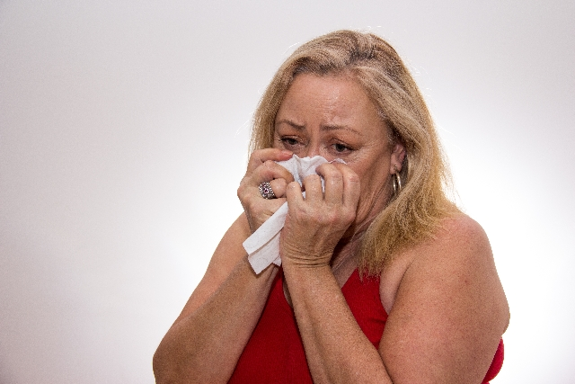 子供に裏切られたと泣く母親