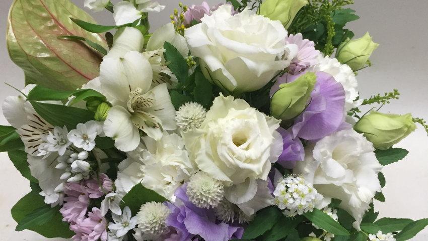 親を亡くした友人への贈り物(お供え)に『供花』を送る